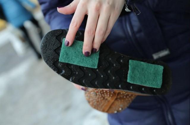 Наступила подошвой туфли на член раба