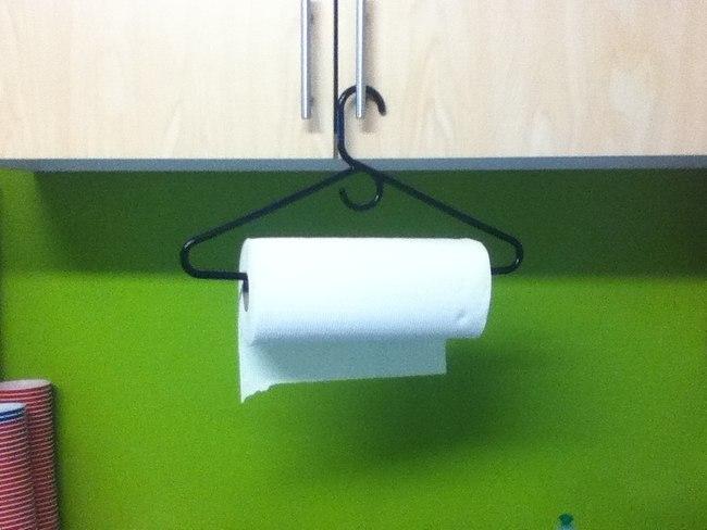 Повесьте бумажные полотенца на плечики для одежды.