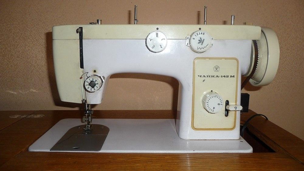 Если Ваша швейная машинка плохо тянет трикотаж, атлас или тонкий шелк