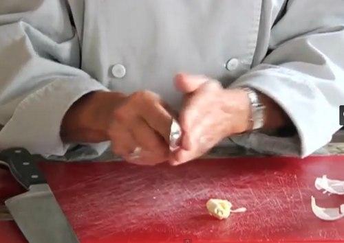 Как избавиться от запаха чеснока на пальцах
