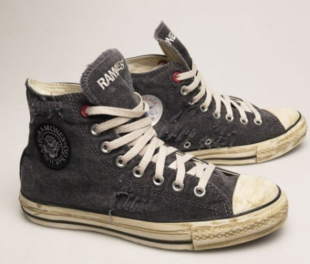 Оттираем грязь на белых резиновых носках кед