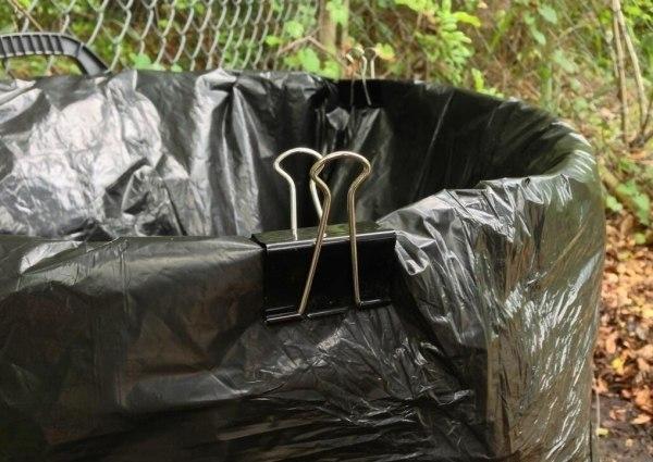Простой способ, чтобы мусорные пакеты не съезжали с ведра или их не сдувало ветром.