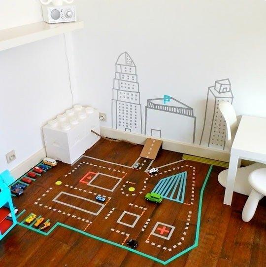 Идея для игр с детьми с помощью скотча