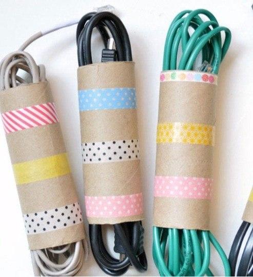 Основа из-под рулонов туалетной бумаги или салфеток помогут вам держать провода в порядке