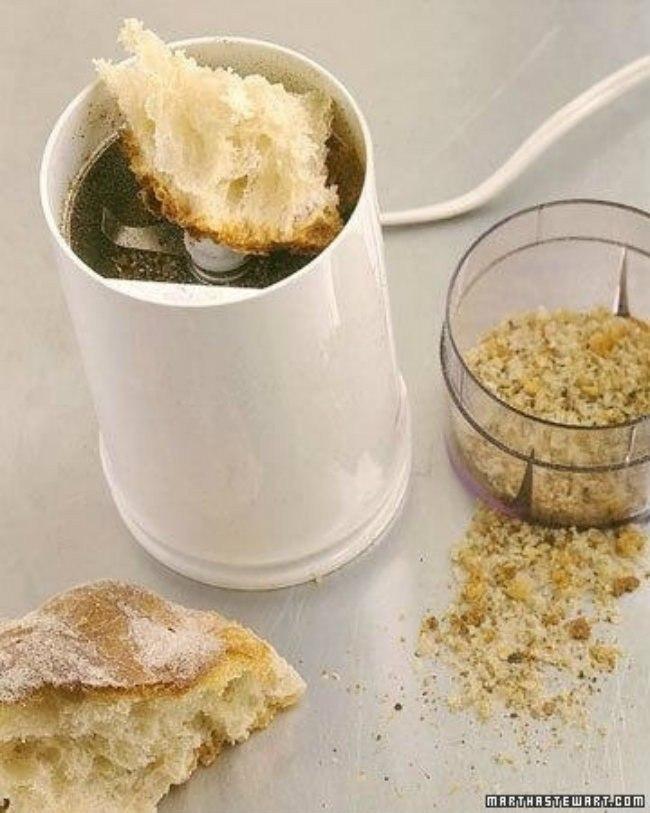 Чистка кофемолки или мельницы для пряностей.