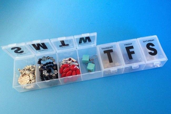 Таблетница – лучший контейнер для украшений.