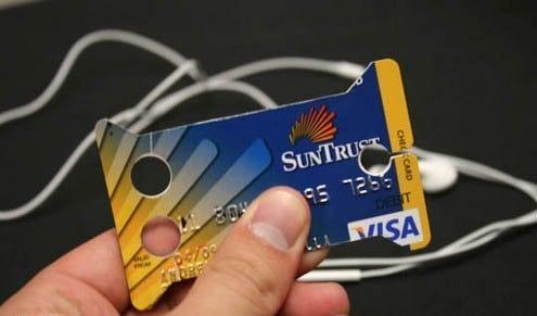 Как из старой кредитной карты сделать держатель для наушников?