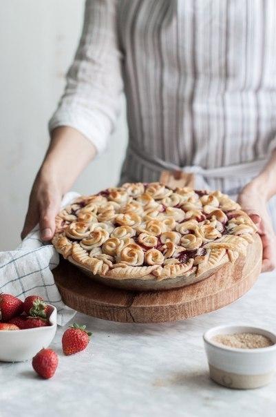 Идея украшения пирога розами из теста
