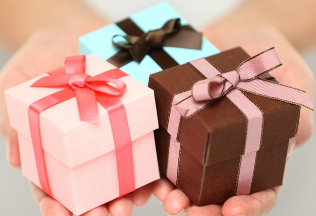 Как правильно дарить и принимать подарки? 0