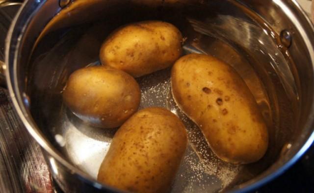 Совет, чтобы кожура картошки при варке не лопнула!