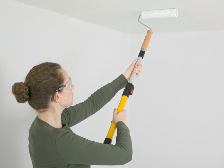 Как покрасить потолок водоэмульсионной краской, чтобы все было идеально при любом свете 0