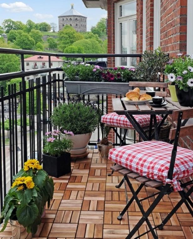 Идеи, как организовать уютный балкон 8