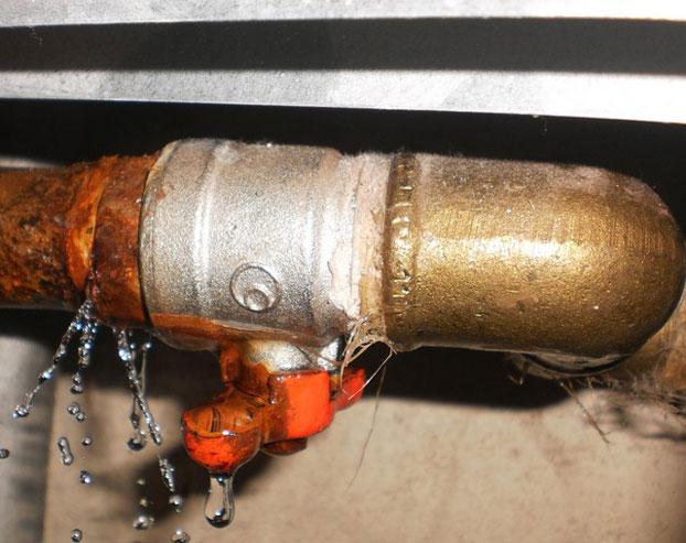 Как устранить течь из металлической трубы 0