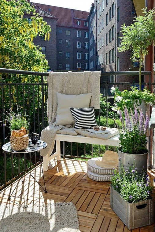 Идеи, как организовать уютный балкон 11