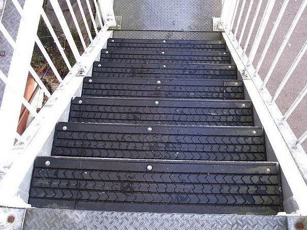 Как применить старые покрышки на скользкой лестнице 0