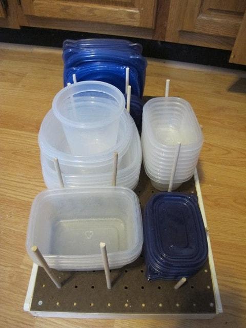 Как удобно и компактно хранить пластиковые контейнеры 1