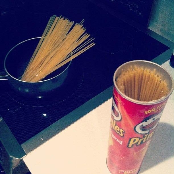 Спагетти очень удобно хранить в банке из под Pringles 0