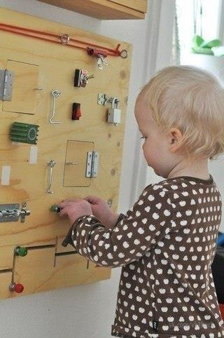 Маленькие дети очень любят открывать и закрывать дверки, шкафчики, дергать за ручки и щелкать выключ 0