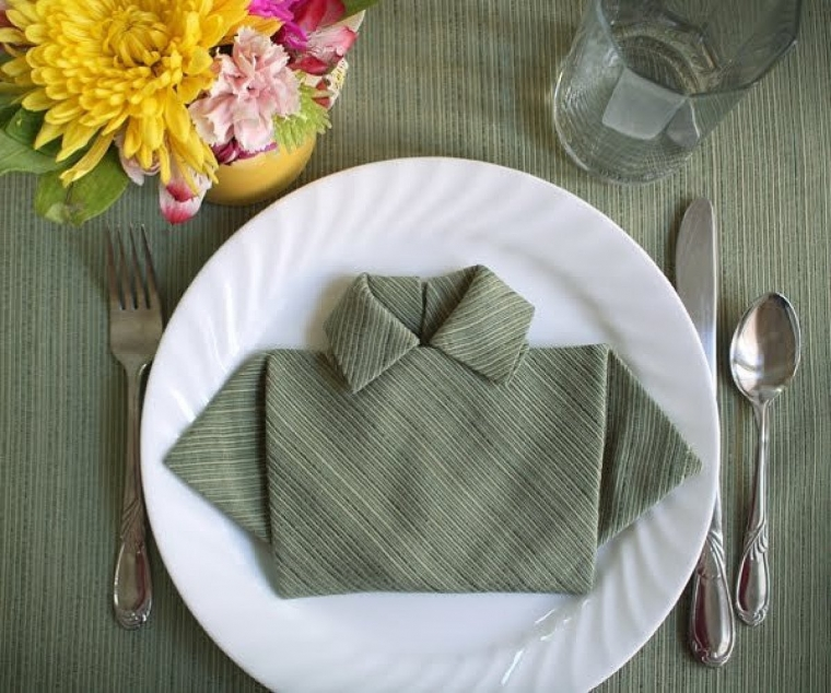 Как красиво сложить салфетку в виде рубашки 3