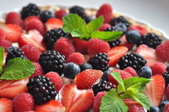 Чтобы не убегал сок во время выпечки открытого пирога с фруктовой или ягодной начинкой 0